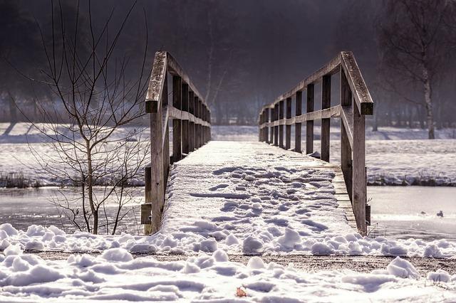 sníh na mostě