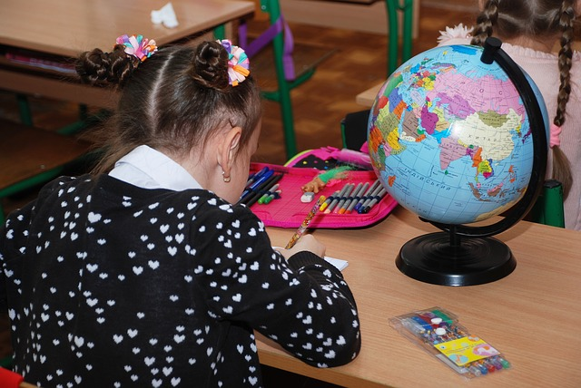 školačka u globusu.jpg