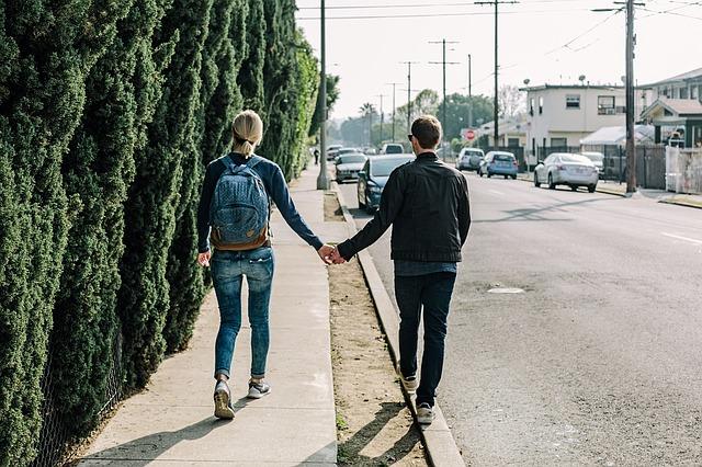 pár na chodníku