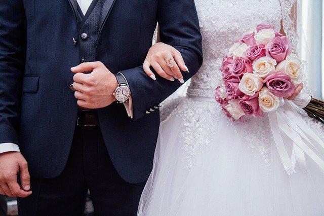 novomanželé s květinou