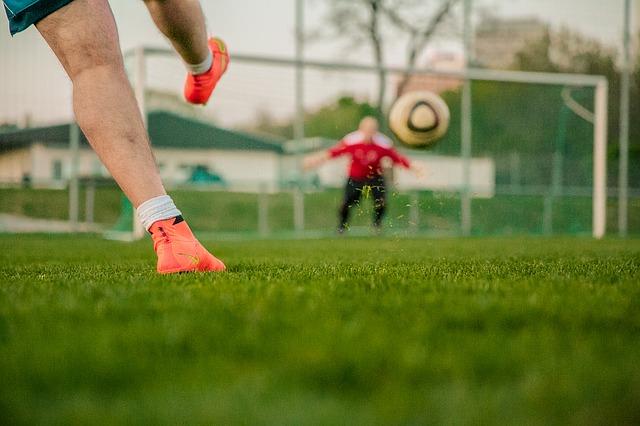 fotbalista s míčem