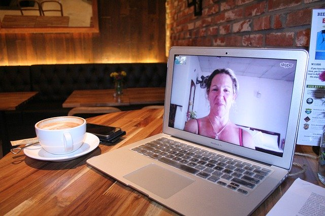 žena na monitoru