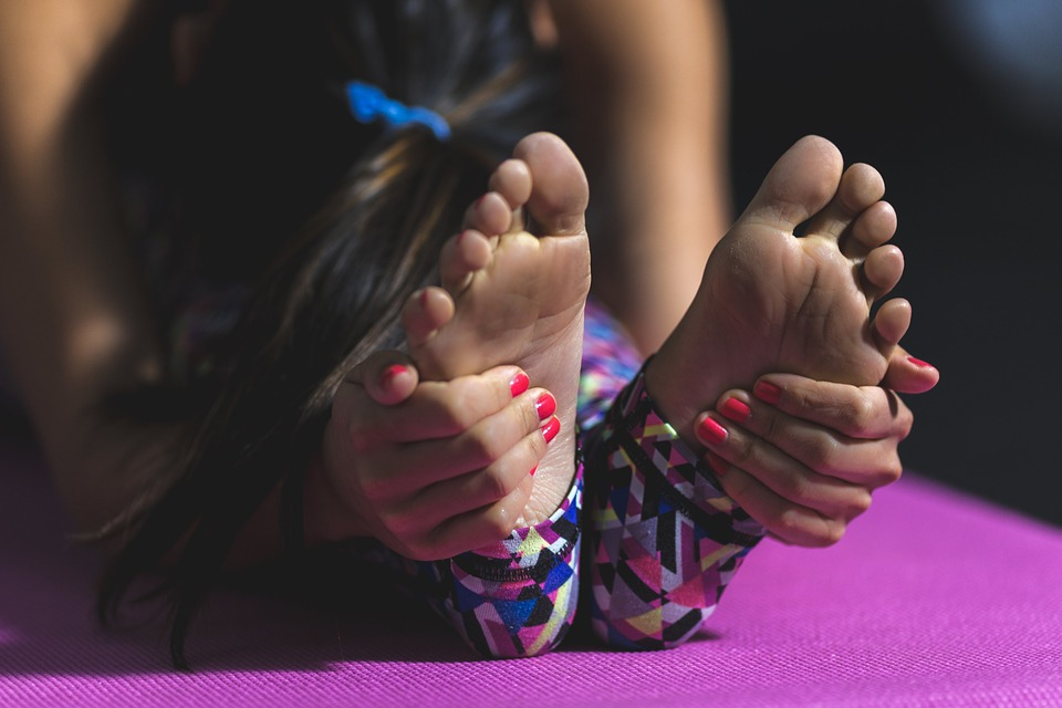 přitahování k nohám